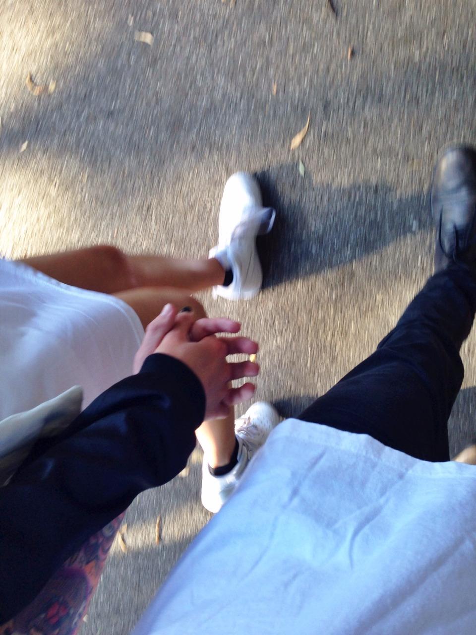 Ảnh đẹp nắm tay nhau cùng dạo phố