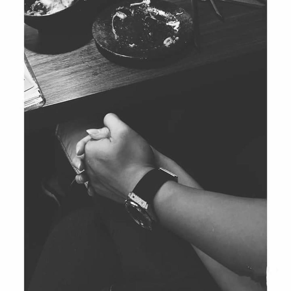 Ảnh đẹp ngồi bên nhau nắm tay nhau