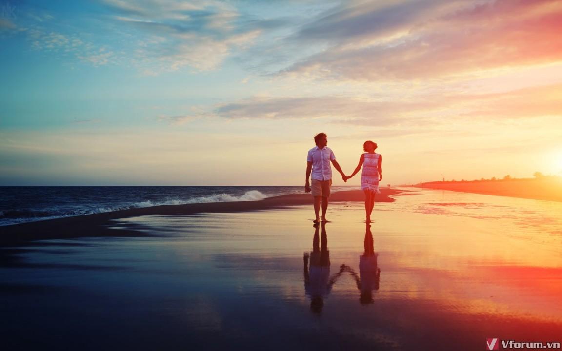 Ảnh nắm tay trên bãi cát biển vỗ