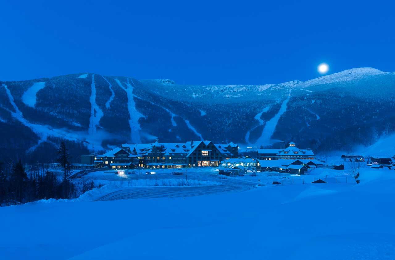 Ảnh thị trấn dưới chân núi trong mùa đông tuyết phủ