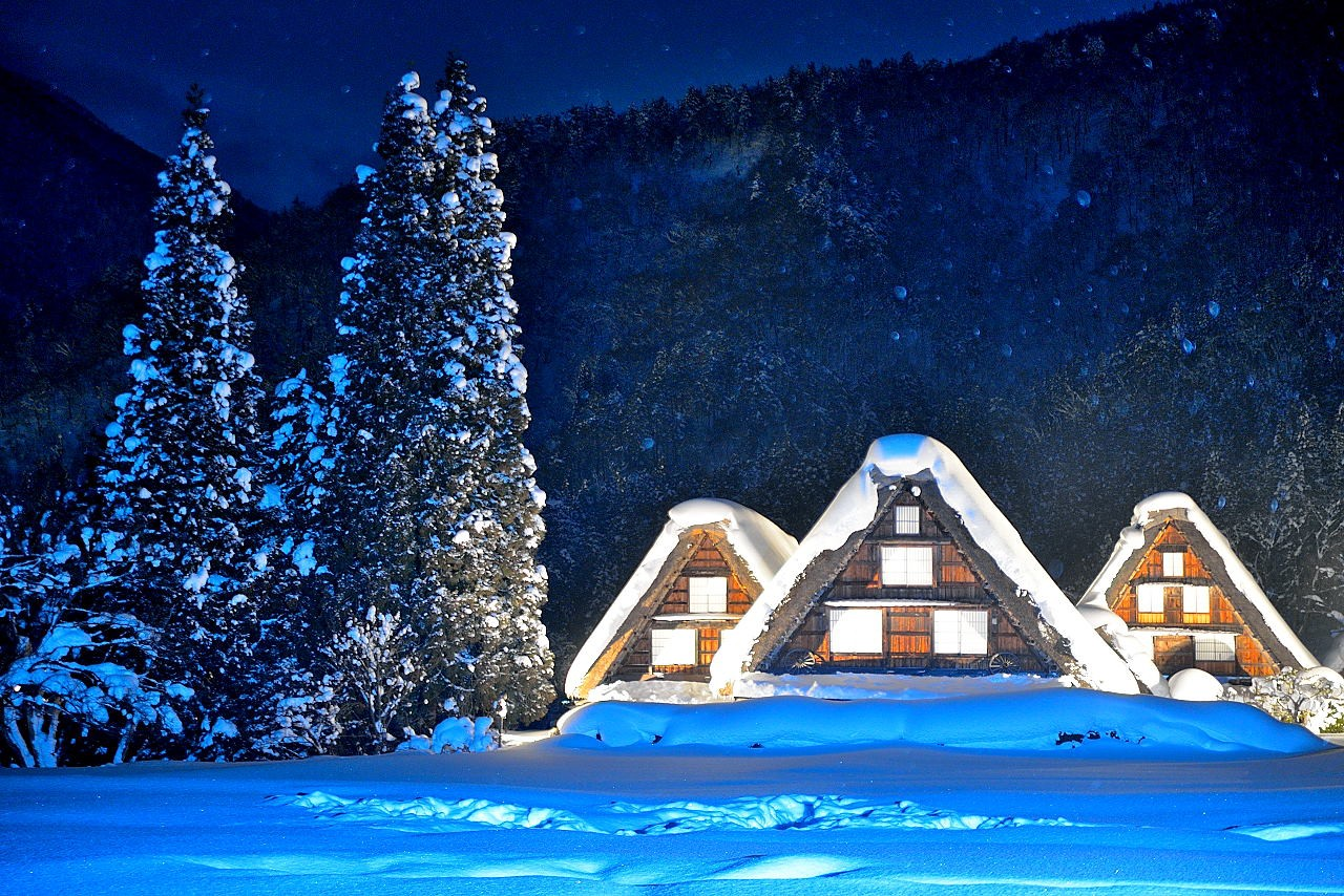 Ba mái nhà chìm trong tuyết mùa đông