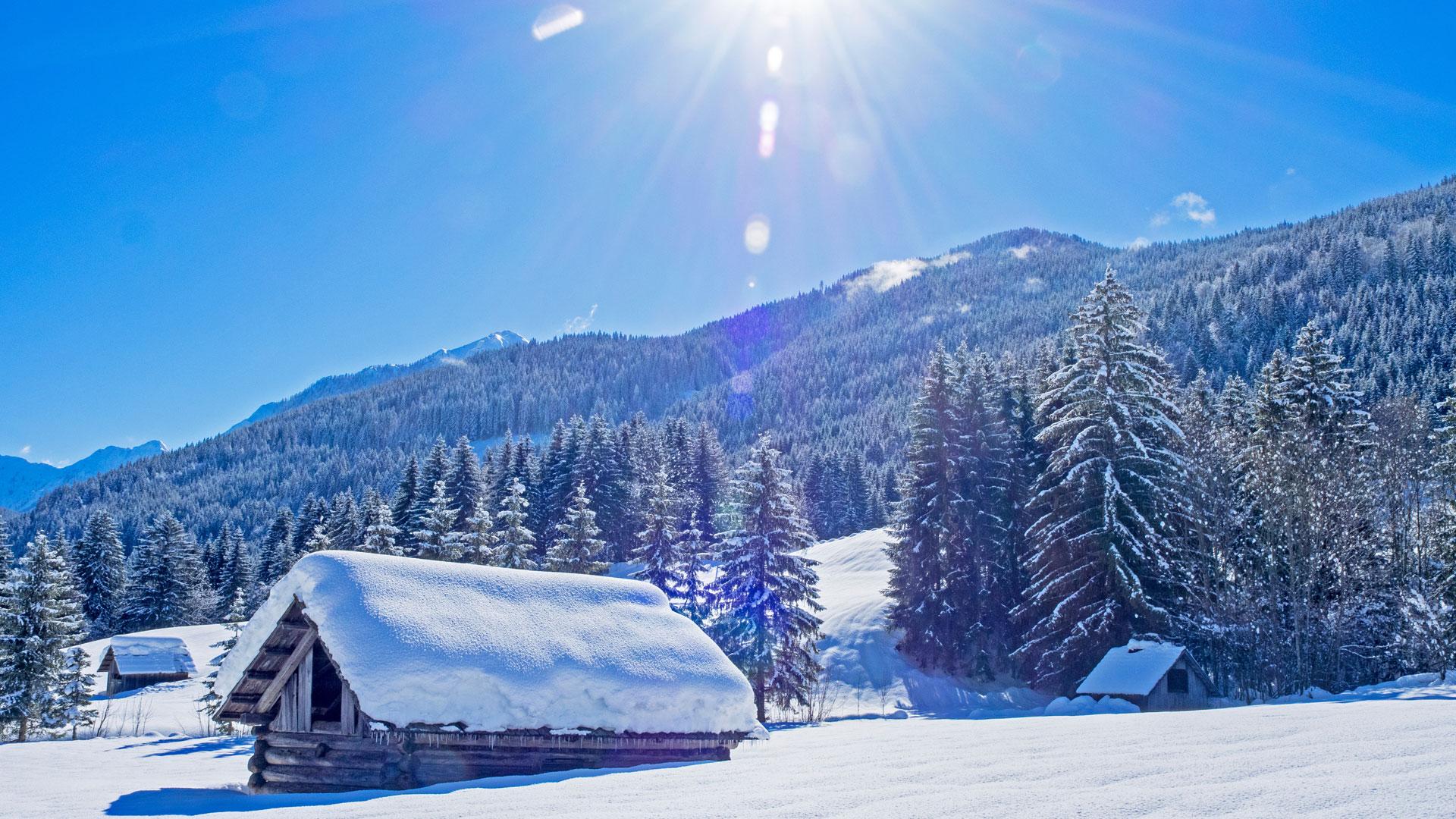 Căn nhà nhỏ vào mùa đông tuyết phủ