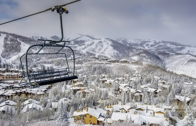 Cáp treo trên cao đi qua thị trấn tuyết phủ mùa đông