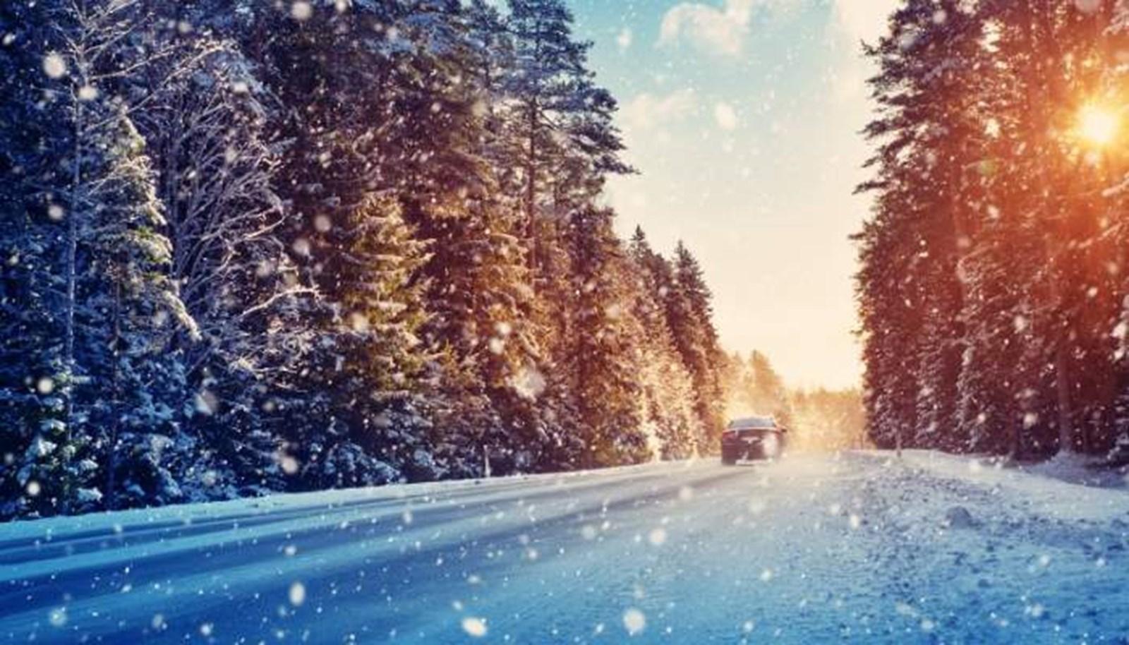 Con đường về tuyết rơi vào mùa đông