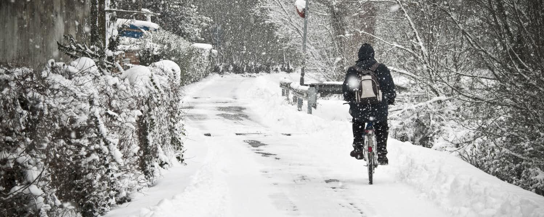 Đạp xe đi trong mùa đông tuyết rơi