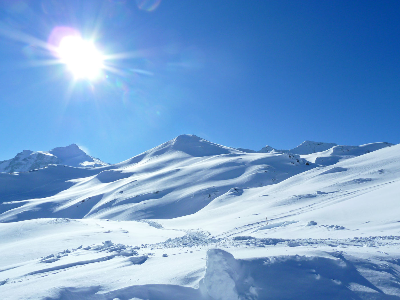 Đồi tuyết lạnh lẽo dưới ánh mặt trời