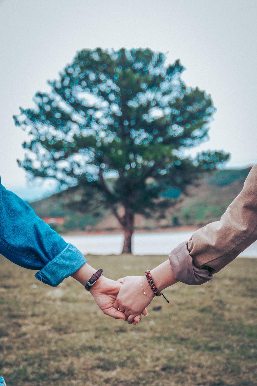 Hình ảnh anh và em trong tay nhau