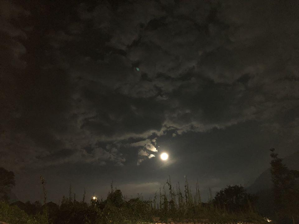 Hình ảnh bầu trời đêm trăng nhiều mây