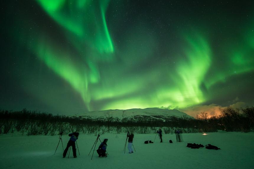 Hình ảnh bầu trời đêm với cực quang