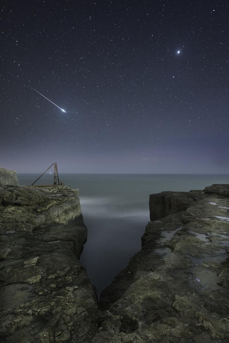 Hình ảnh chụp bầu trời đêm trên vách núi