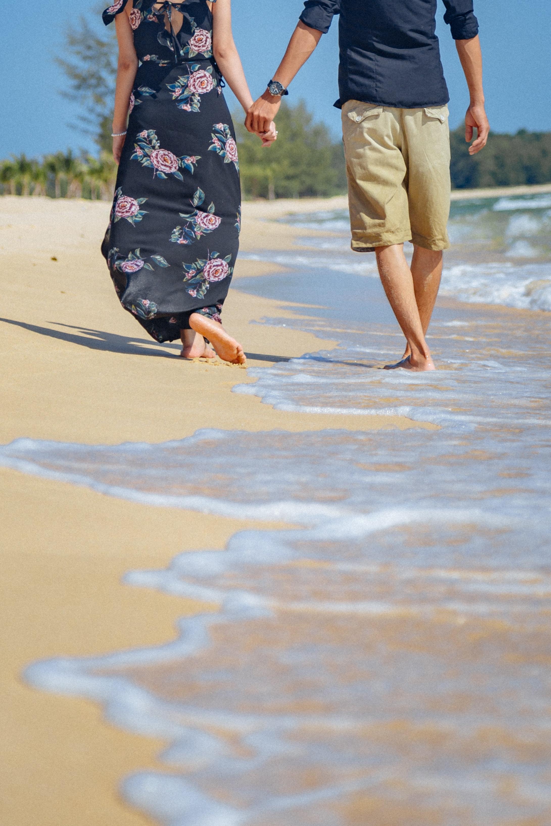 Hình ảnh đẹp anh và em nắm tay nhau đi trên bãi biển cát vàng