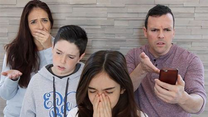 Hình ảnh gia đình buồn, bế tắc