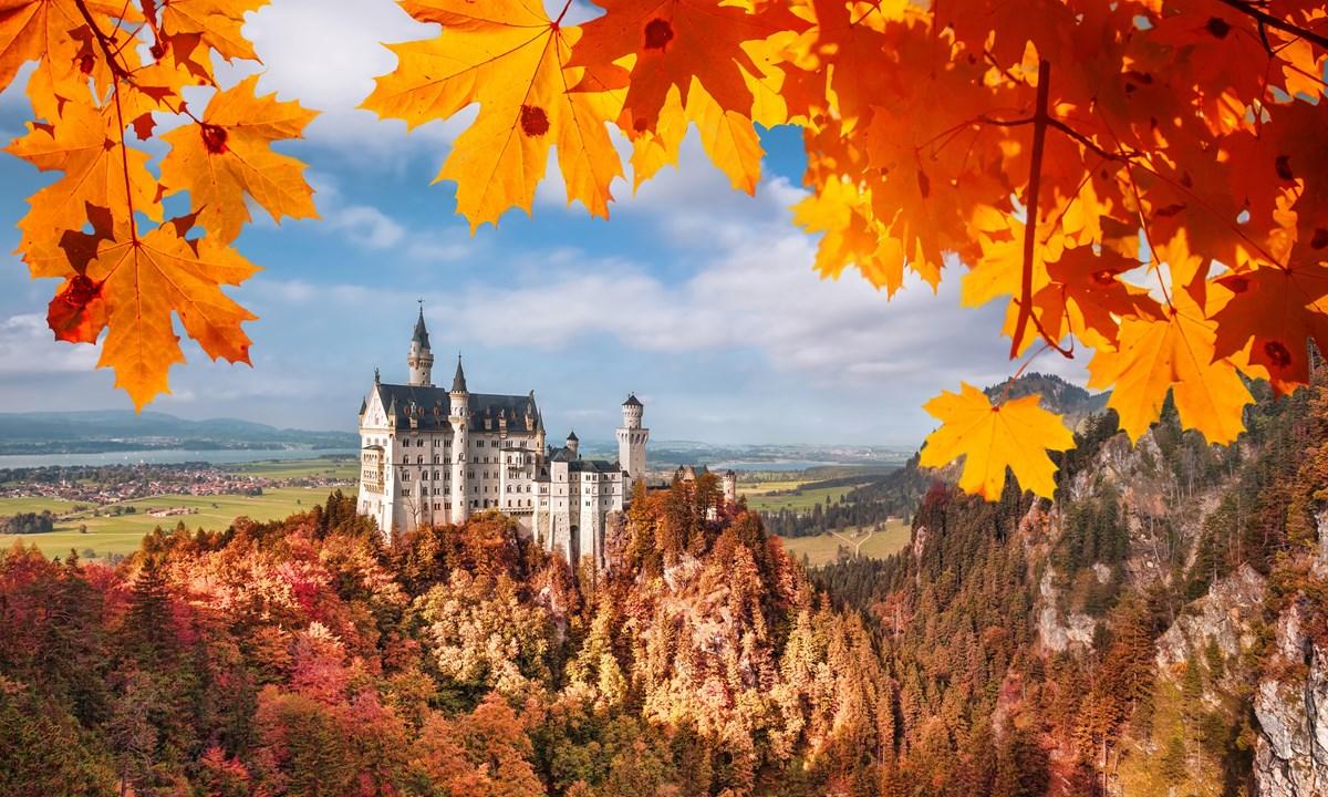 Hình ảnh mùa thu rừng núi đẹp với lâu đài cổ kính