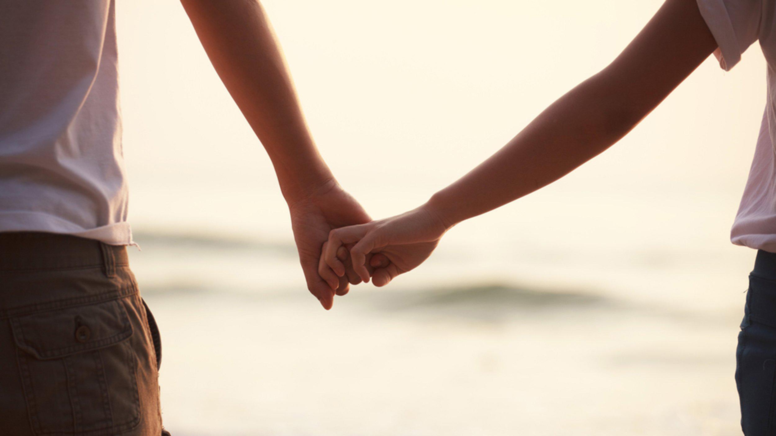 Hình ảnh nắm tay nhau nhìn biển
