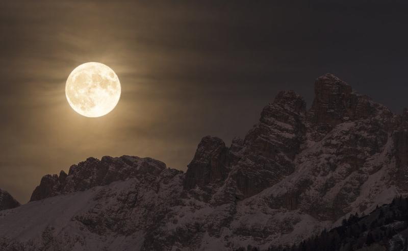 Hình ảnh trăng tròn trên bầu trời đêm