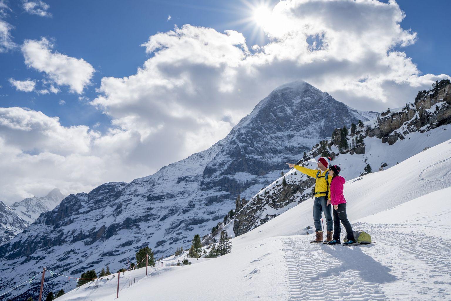 Núi tuyết hùng vĩ lạnh lẽo mùa đông