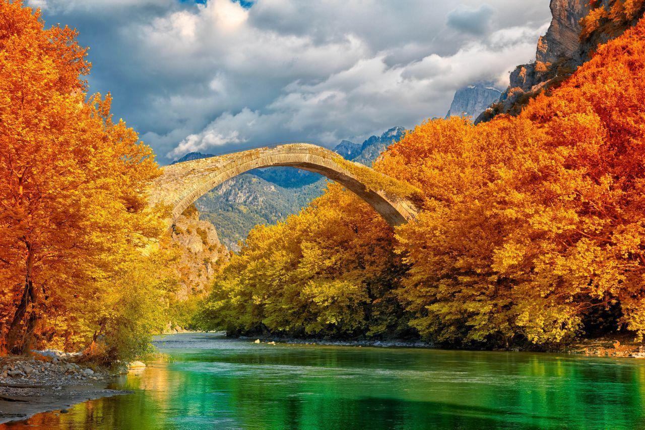 Rừng non nước hùng vĩ trong mùa thu