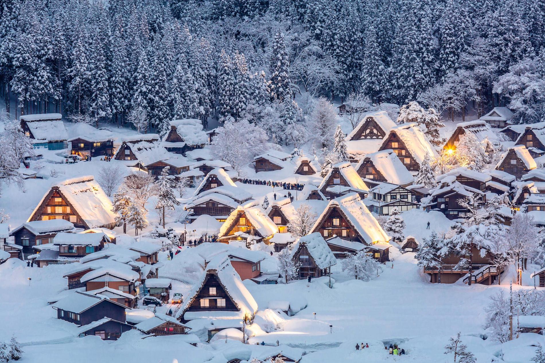 Thị trấn chìm trong mùa đông tuyết phủ