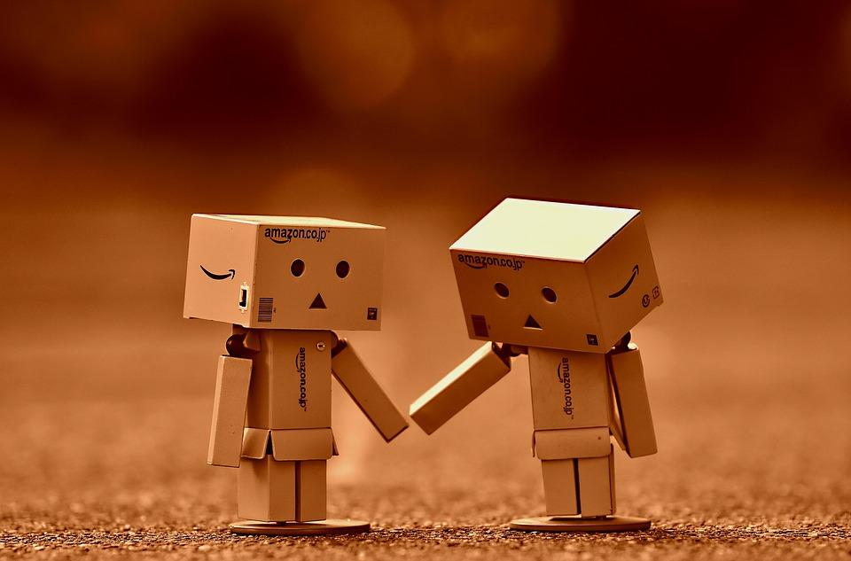 Hai người gỗ muốn dắt tay nhau