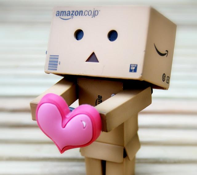 Hình ảnh người gỗ cầm trái tim hồng