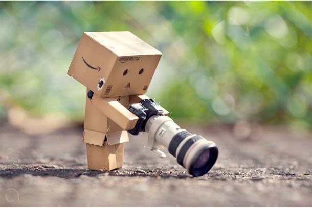 Hình ảnh người gỗ đang sử dụng máy ảnh cơ