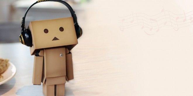 Hình ảnh người gỗ đeo tai nghe