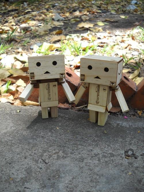 Hình ảnh người gỗ đứng dắt tay nhau