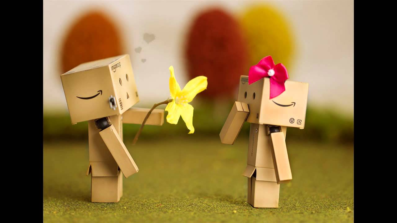 Hình ảnh người gỗ tặng hoa người gỗ