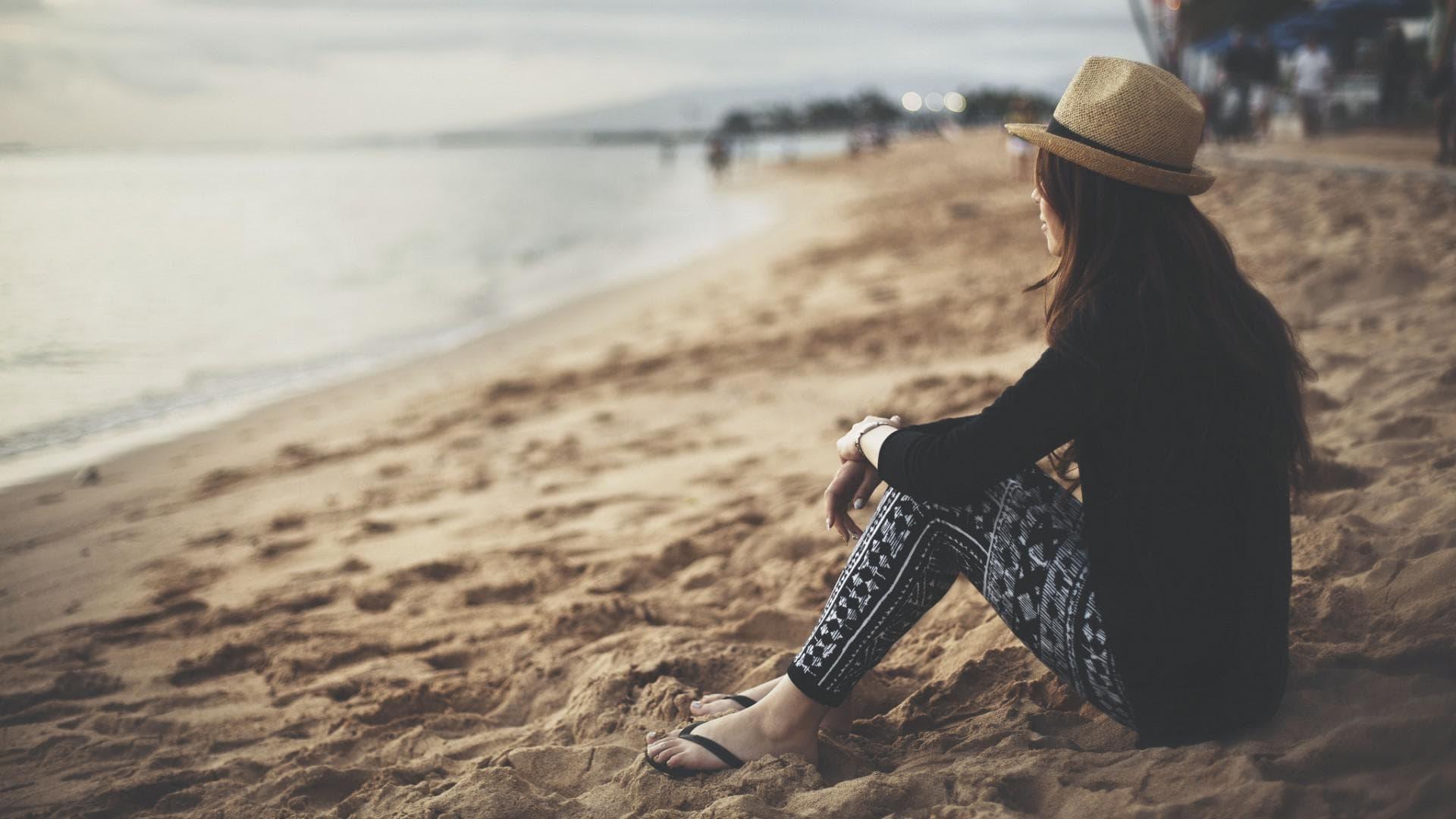 Cô gái cô đơn ngồi ngắm biển làm hình nền máy tính