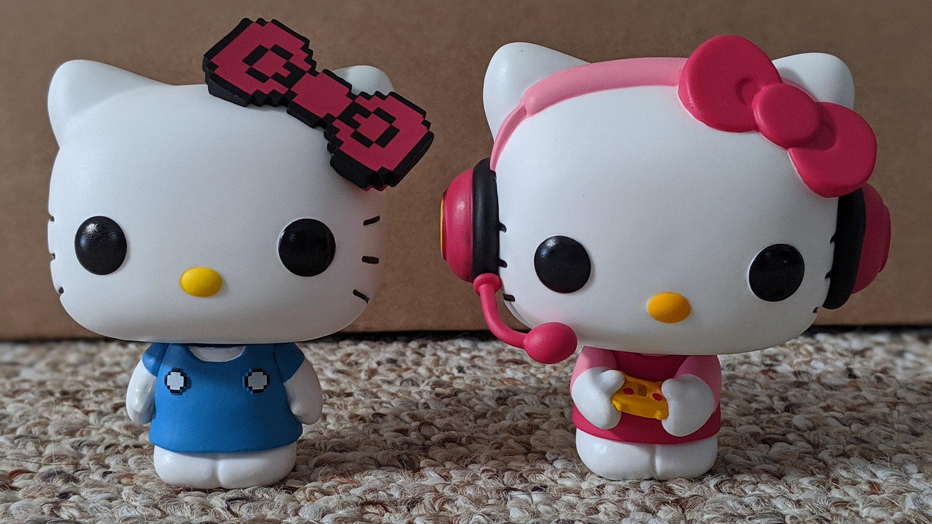 Hai tượng Hello Kitty áo xanh áo hồng