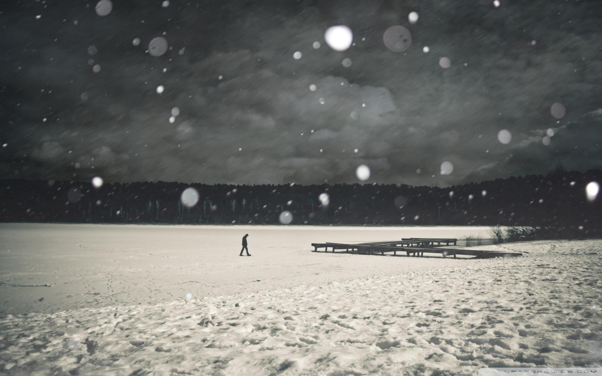 Hình nền cô đơn cực đẹp một người lầm lũi bước đi trong mưa tuyết