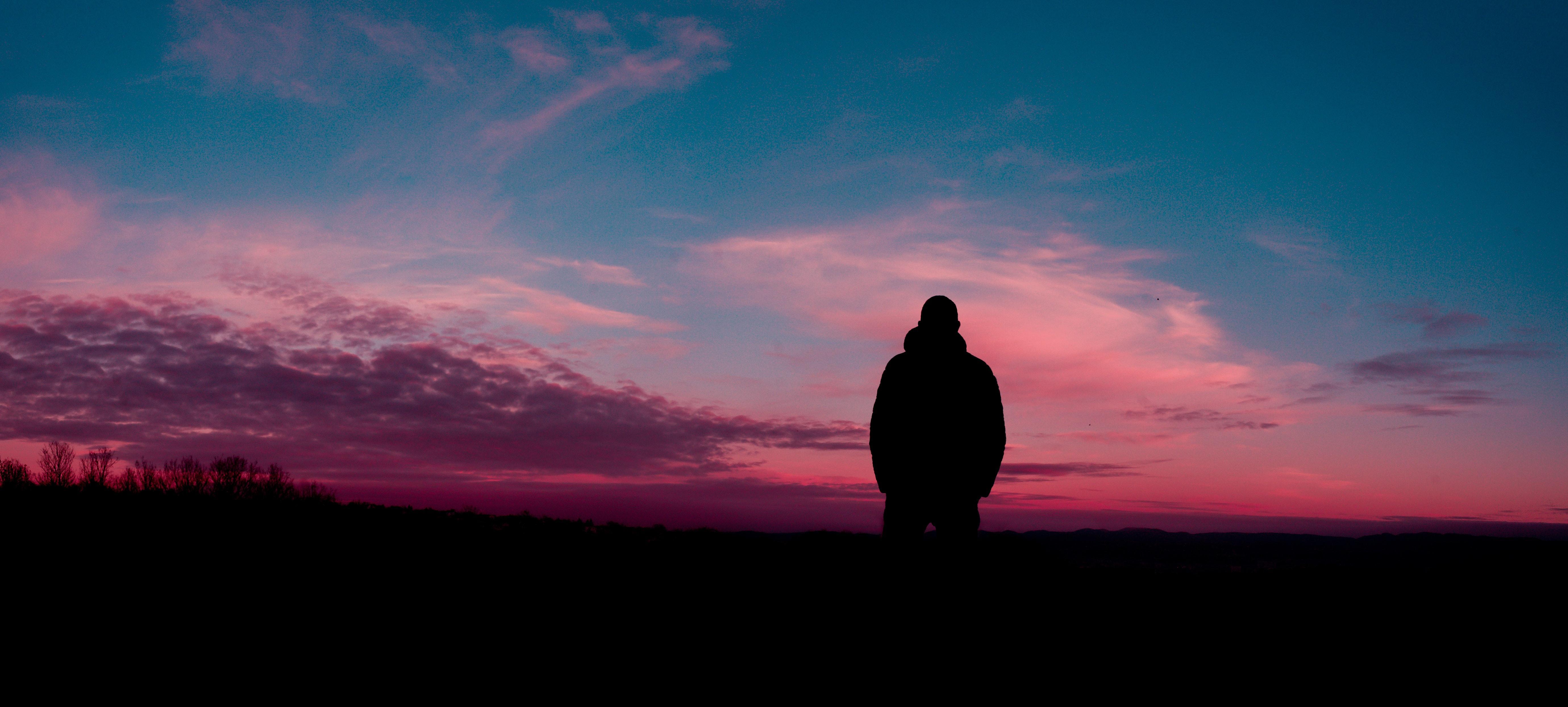 Hình nền máy tính chàng trai cô đơn ngắm trời đỏ hoàng hôn