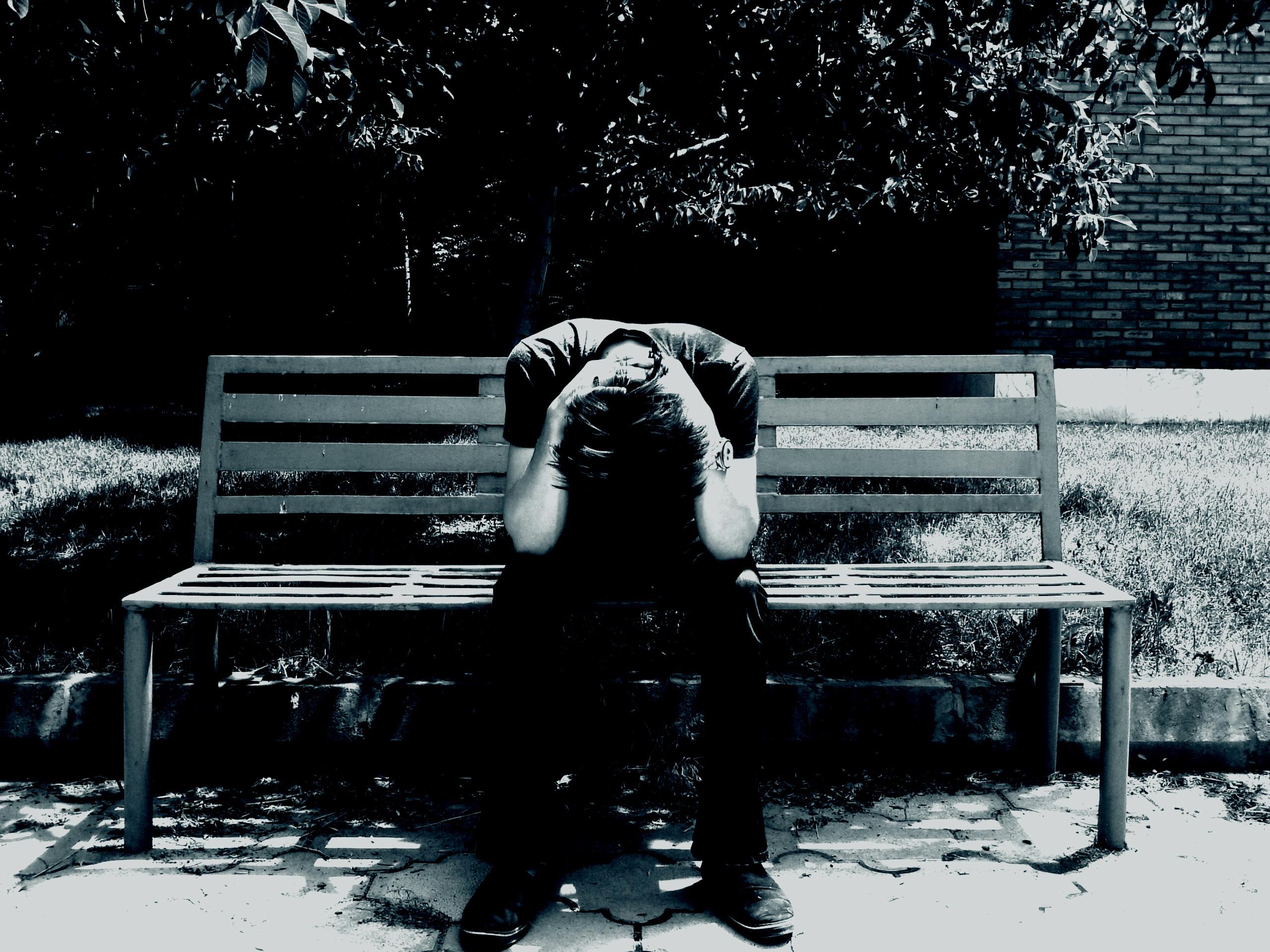 Hình nền máy tính chàng trai đau khổ cô đơn