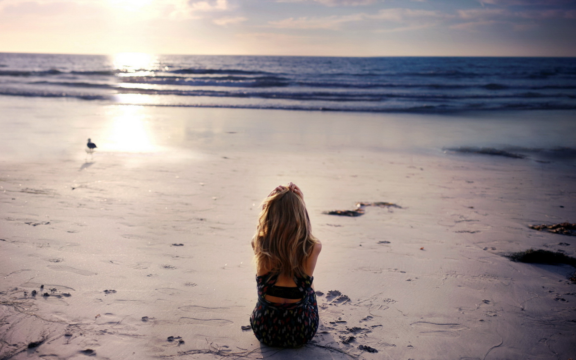 Hình nền máy tính cô gái cô đơn ngắm bình minh lên trên biển