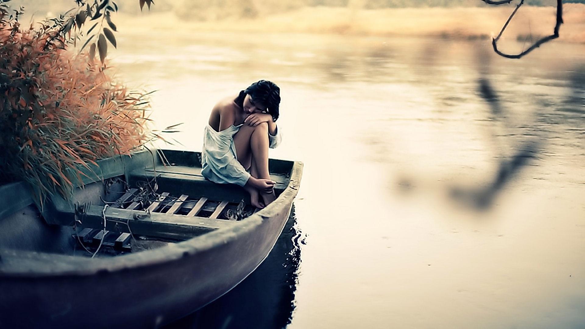 Hình nền ngồi trên thuyền cô đơn một mình