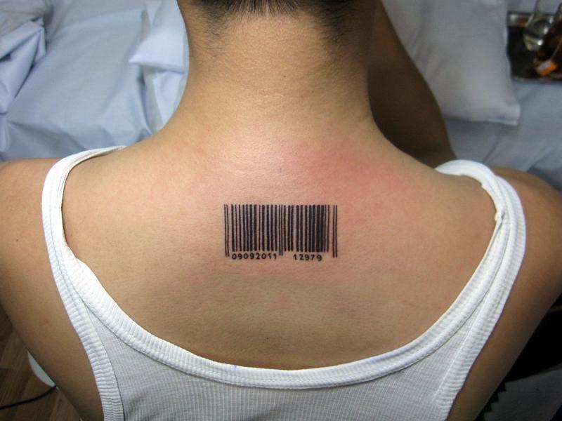 Hình xăm mã vạch đơn giản sau gáy