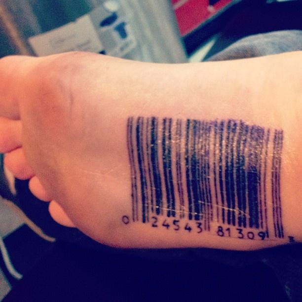 Hình xăm mã vạch ở bàn chân