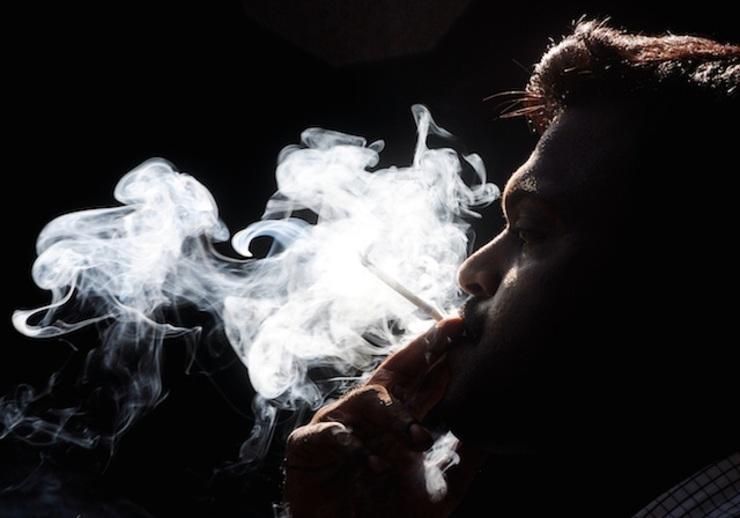 Hình ảnh khói thuốc buồn