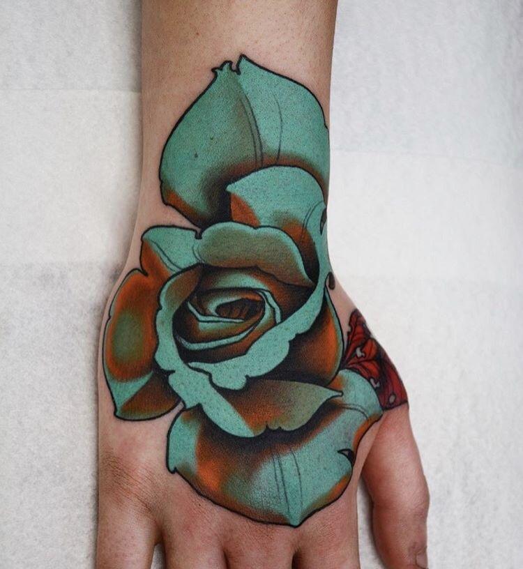 Hình xăm bông hồng xanh ở tay