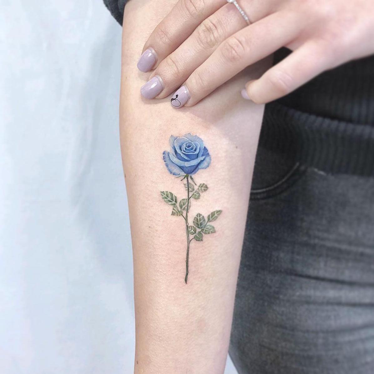 Hình xăm cành hoa hồng xanh nhỏ đẹp