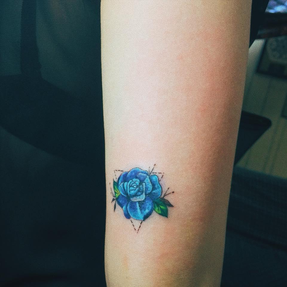 Hình xăm hoa hồng xanh mini