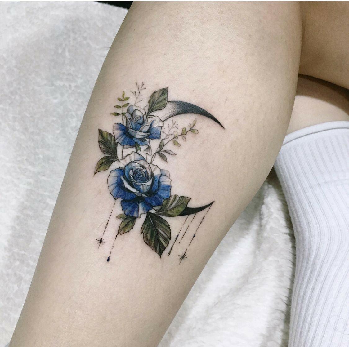 Hình xăm hoa hồng xanh ở bắp chân