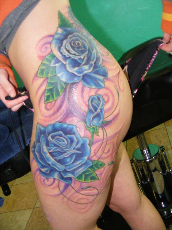 Hình xăm hoa hồng xanh ở đùi
