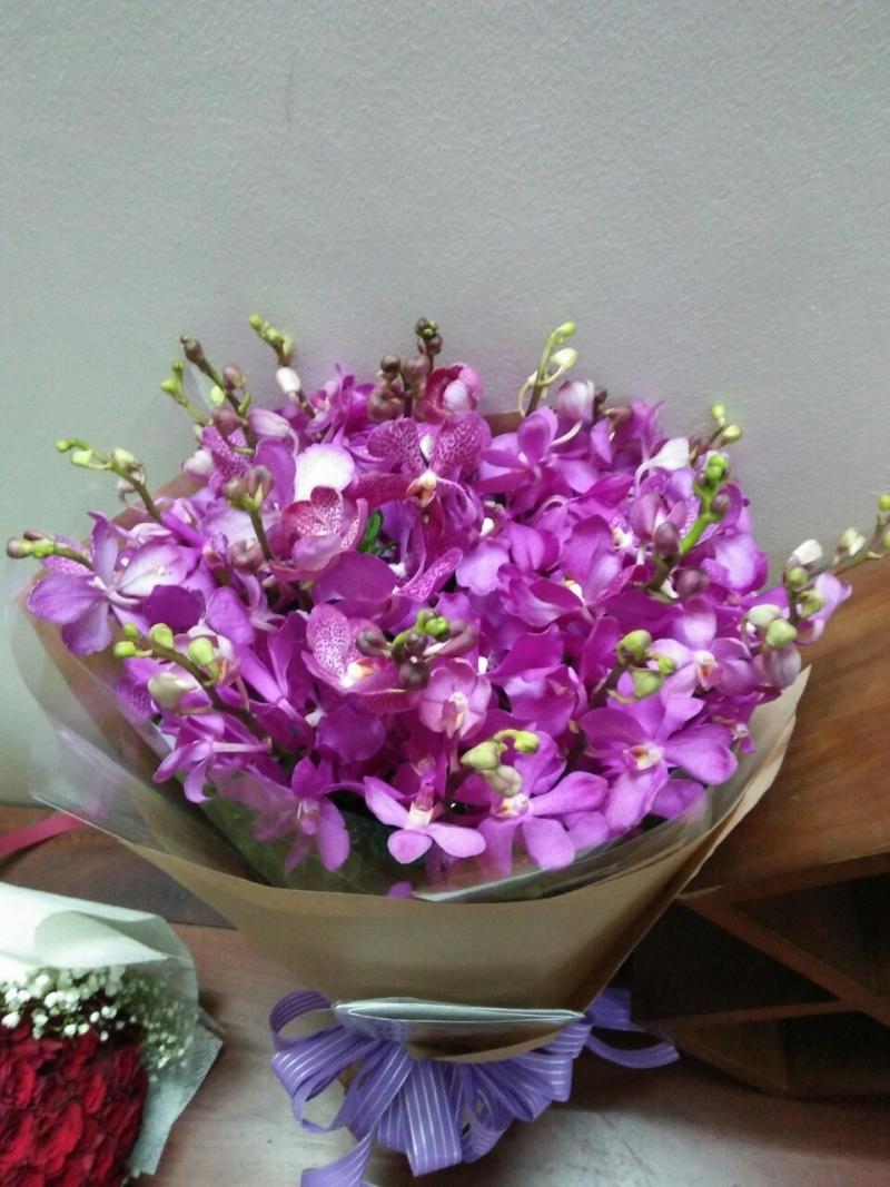 Bó hoa lan tím đẹp mắt