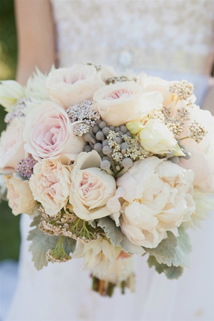 Bó hoa mẫu đơn trắng để cho ngày cưới thêm sang trọng