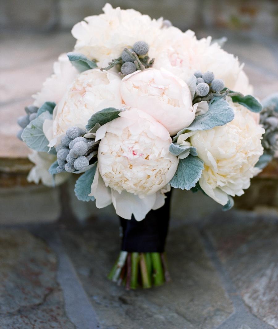 Bó hoa mẫu đơn trắng được đặt trên đất