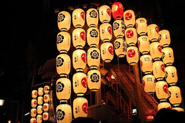 Cảnh những cái lồng đèn sáng ngời trong đêm tối tại Nhật