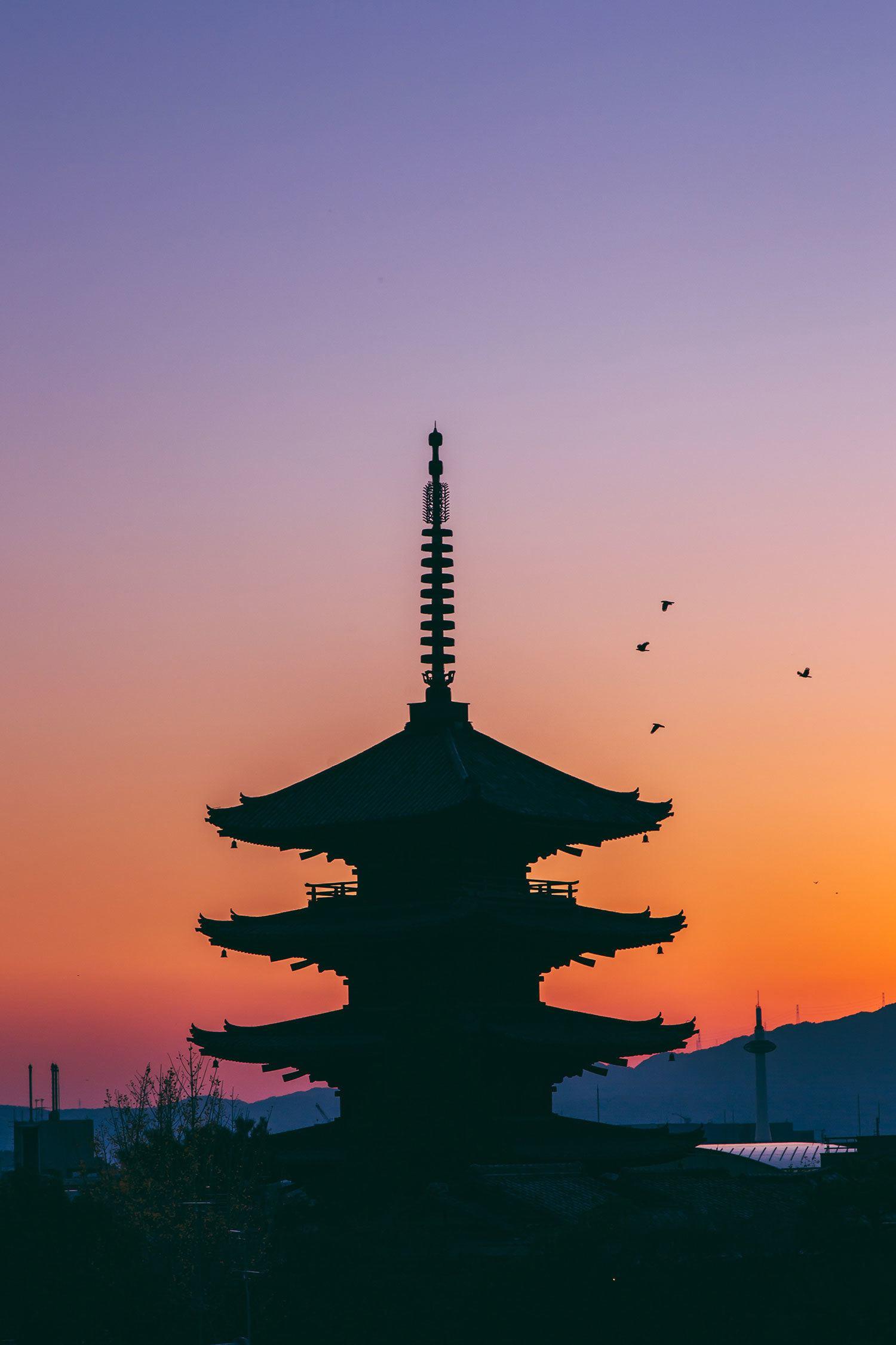Hoàng hôn phủ sắc cam xuống mái tháp của Nhật Bản