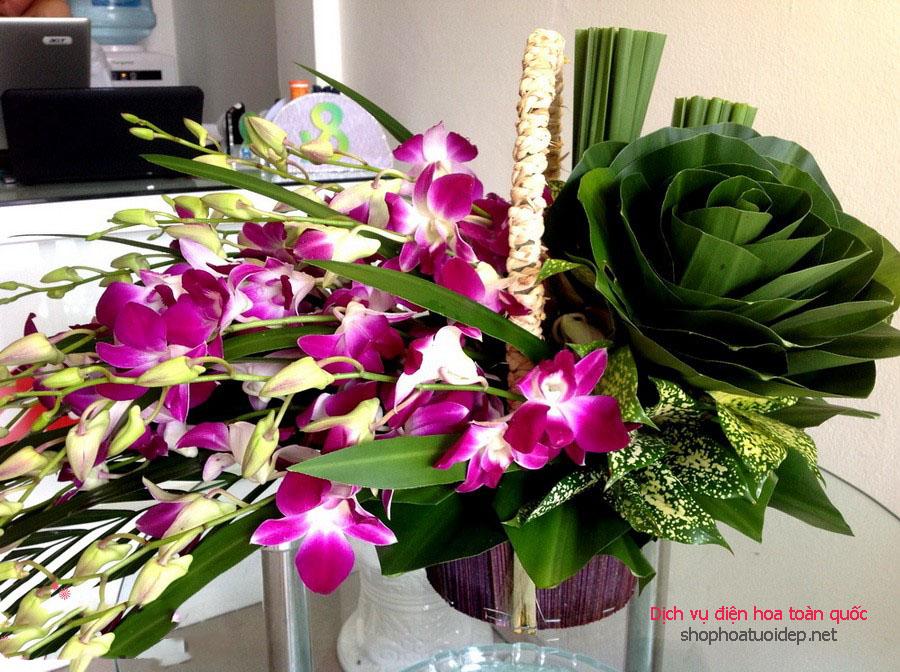 Lẵng hoa tím đẹp mắt đặt trên bàn kính