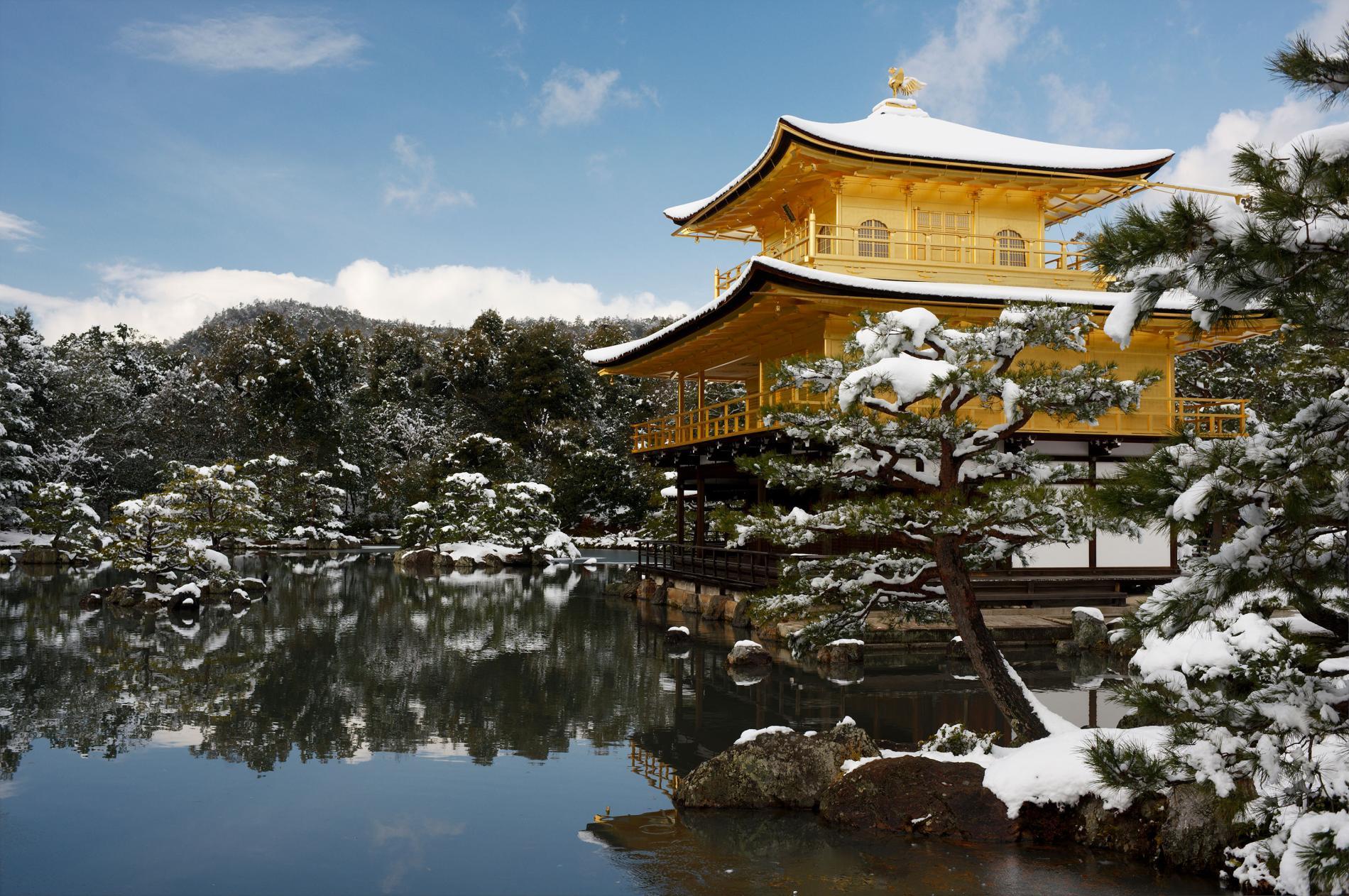 Lầu vàng son vào mùa Đông bên Nhật